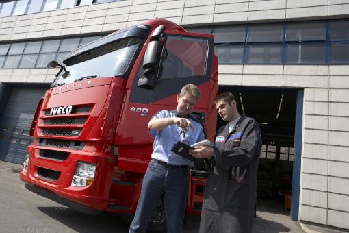 Mitarbeiter berät LKW Fahrer zur gesetzlichen Untersuchung UVV Schweinfurt Schäflein Truck Service